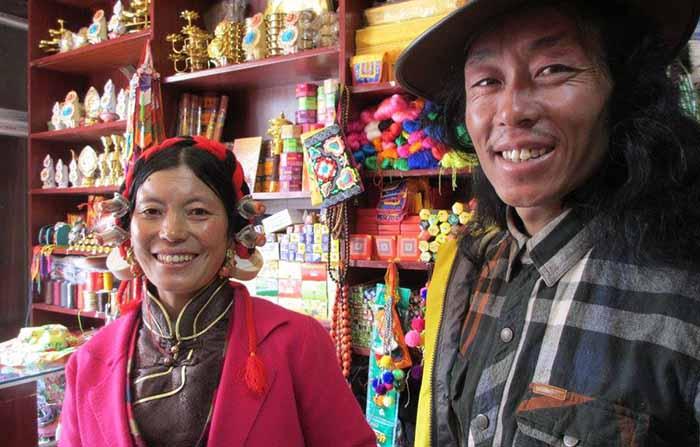 Dartsedo couple in shop