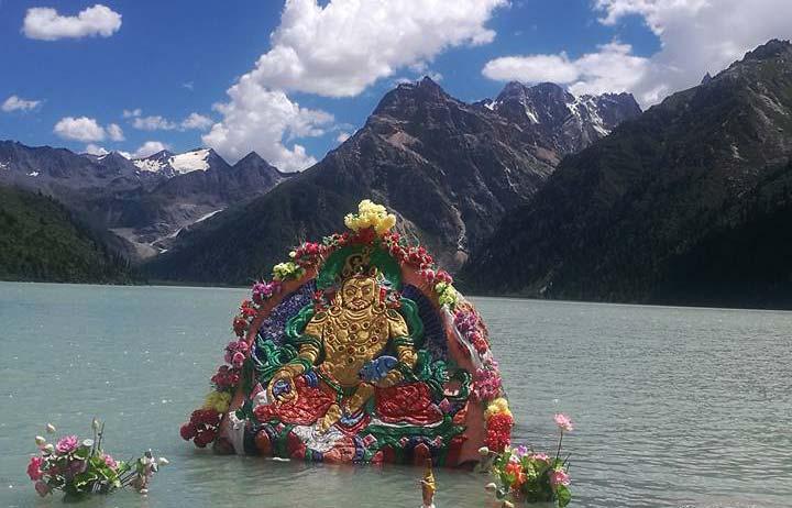 Yellow Jambala on a rock in Yihun Lhatso lake